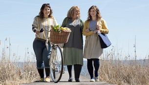Trzy kobiety spacerujące po plaży mają na sobie pończochy uciskowe Juzo