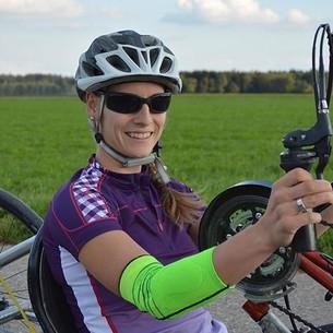 Anna Schaffelhuber wears the JuzoFlex Epi Xtra STYLE when cycling