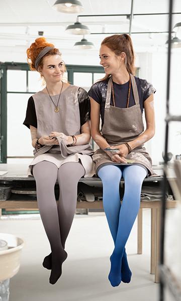 Dos mujeres llevan Juzo Inspiration en los Trend Colours en una sesión de fotos