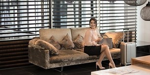Frau sitzt auf der Couch mit Reisestrümpfen
