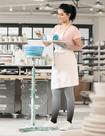 Kvinde bedømmer lerskåle iført kompressionsstrømper Juzo Inspiration i Dip Dye-indfarvningen Blåbær