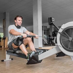 Mann im Fitness-Studio mit  Patella Xtec Plus