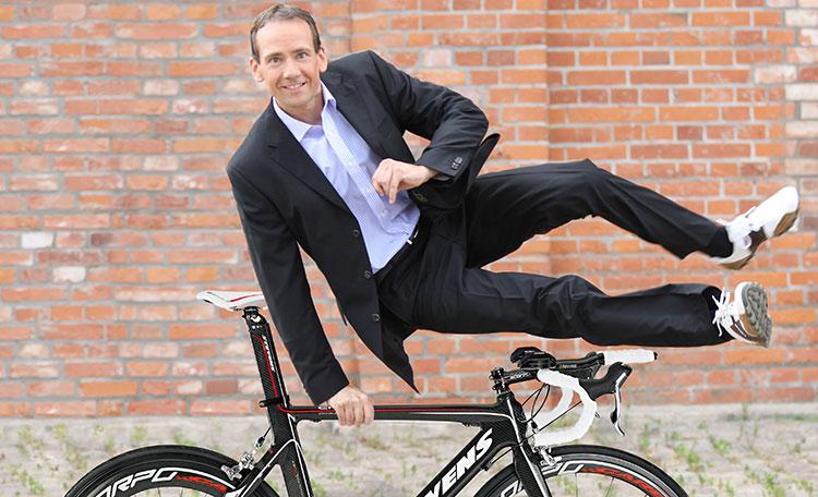 Mann springt über Fahrrad