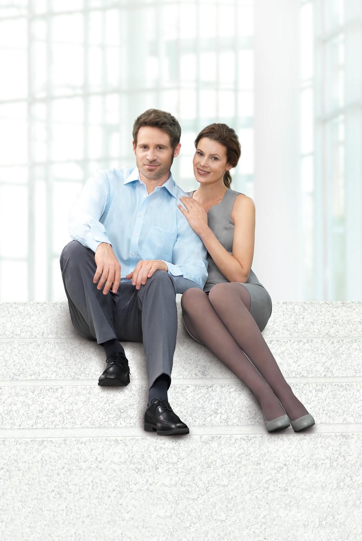 Homme et femme assis dans un escalier