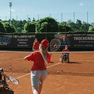 Tennisspielen im Grenzenlos Camp