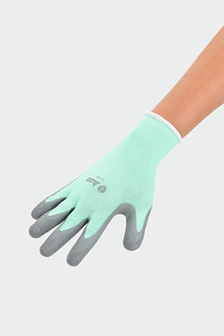 Femme portant des gants spéciaux Juzo
