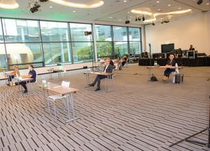 Aufnahme des Präsentationsraumes von der Bühne aus mit Blick auf die Zuhörer