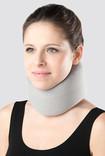 Frau trägt Cervicalstütze