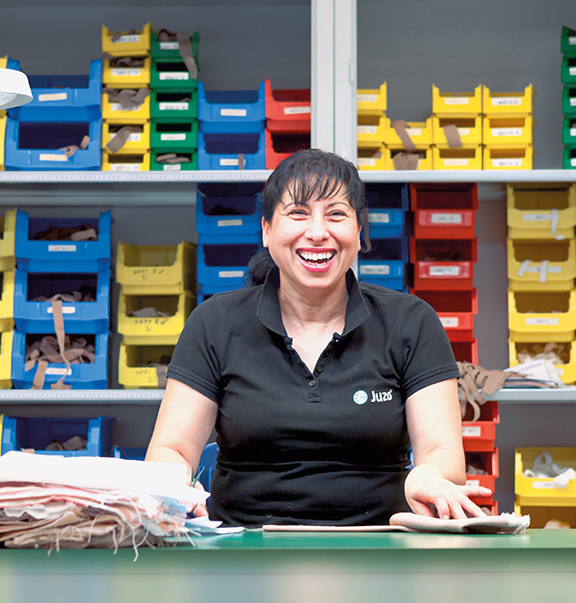 Frau vor bunten Kartons