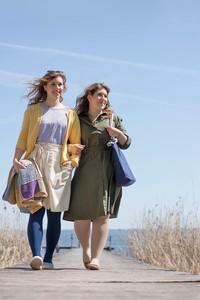 Två kvinnor viker tvätt