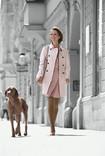 Kvinde går tur med hunden gennem byen og har Juzo Spirit på