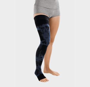 Frau trägt einen scwarzen ScarComfort Fine Kompressionsstrumpf mit dunkelblauem Batik-Muster