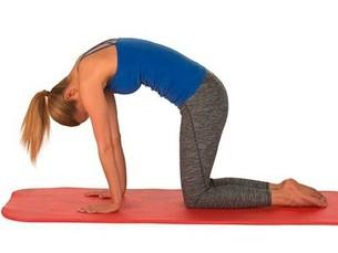 Kvinde udfører yogaøvelse