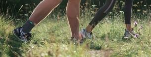 Man jogt in een weiland