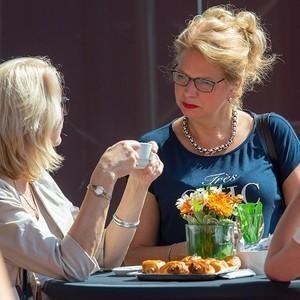 Angeregtes Gespräch unter Gästen