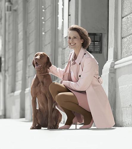 Donna va a passeggio con cane