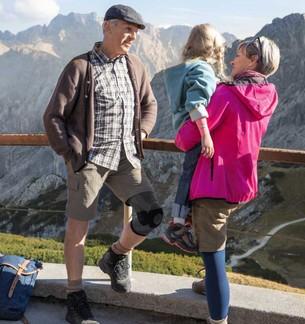 Familie auf Berg , Mann trägt Kniebandage