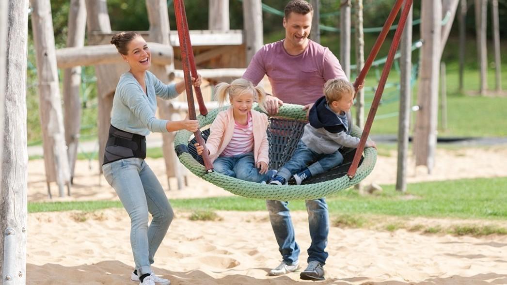Familie spielt auf Spielplatz