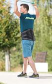 Mężczyzna trenuje z JuzoPro Lumbal