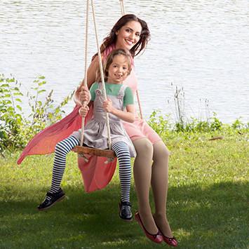Mutter und Kind auf einer Schaukel