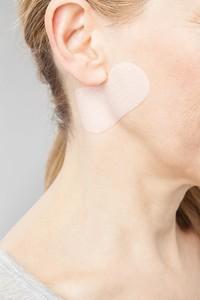 Mulher usando Juzo ScarPad no pescoço